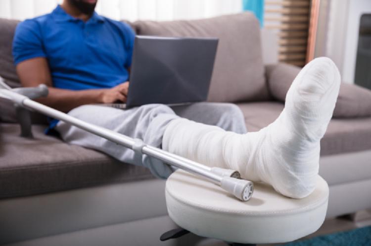 Bảo hiểm tai nạn giúp khách hàng và gia đình giảm bớt áp lực tài chính. Ảnh: Shutterstock