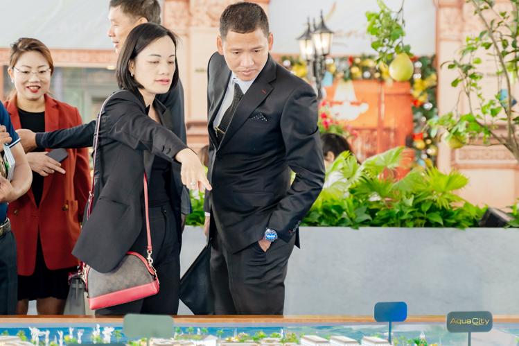 Cựu tuyển thủ đội tuyển Việt Nam Nguyễn Anh Đức tham quan khu vực triển lãm dự án Aqua City tại Novaland Expo tháng 12/2019.  Bất động sản sinh thái ven TP HCM đón cơ hội tăng trưởng Hinh Anh Duc 2362 1578054136