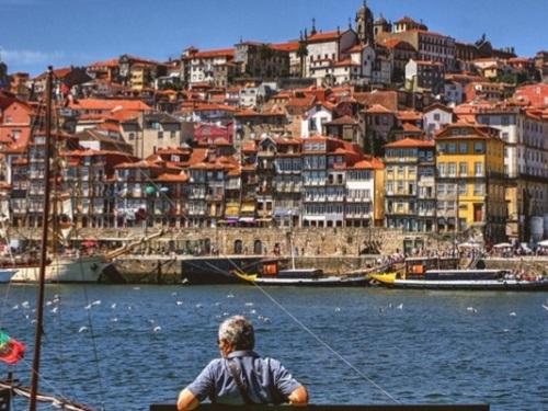 Người già thư giãn bên bờ biển của Bồ Đào Nha. Ảnh: Transferwise.