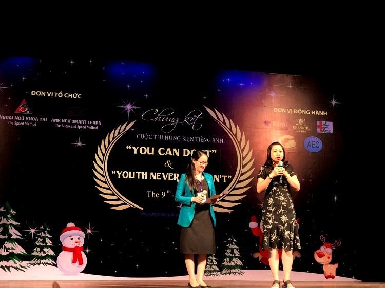 Bà Nguyễn Xuân Hưng (phải) phụ huynh của 2 du học sinh tại Mỹ phát biểu tại cuộc thi.