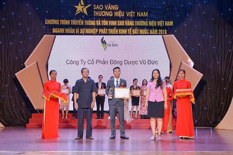 Đại diện Đông Dược Vũ Đức (cầm cúp) nhận giải thưởng Sao vàng Thương hiệu Việt Nam.