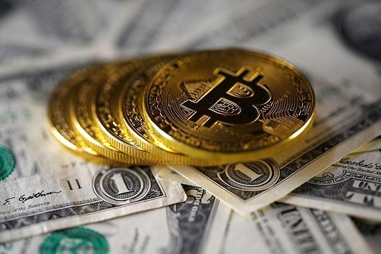 Đồng tiền mô phỏng Bitcoin và đồng đôla Mỹ. Ảnh: Reuters