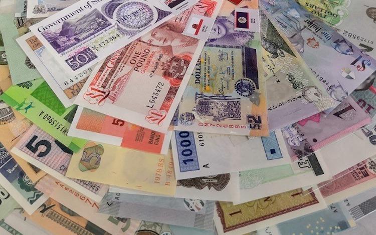 Bộ tiền lì xì may mắn 180 nước với nhiều mệnh giá khác nhau. Ảnh: PV