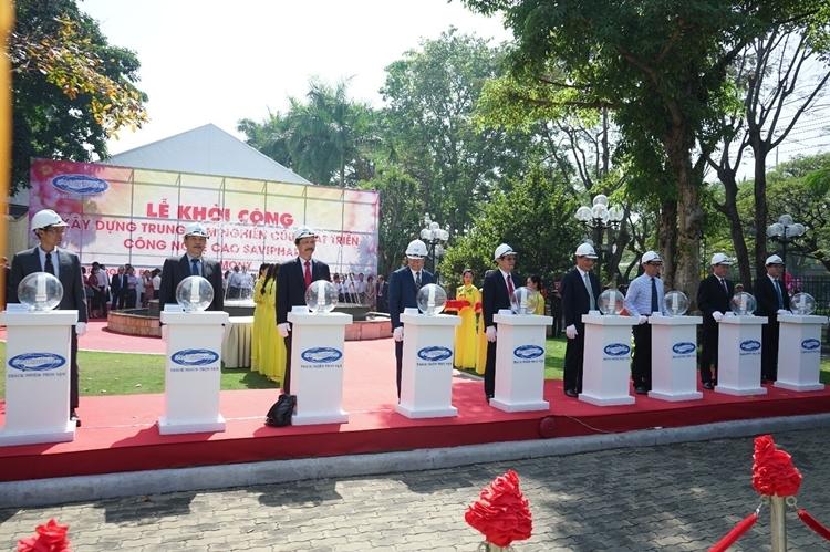 Đại diện các cơ quan Ban, Ngành Trung Ương và lãnh đạo SAVIPHARM thực hiện nghi thức khởi công xây dựng Trung tâm NCPT Công nghệ cao SAVIPHARM