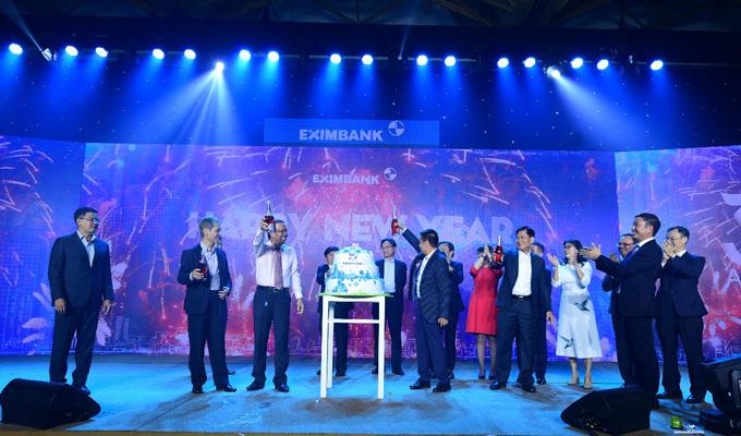 Ban lãnh đạo ngân hàng cùng đại diện Ngân hàng Nhà nước kỷ niệm 30 năm thành lập.
