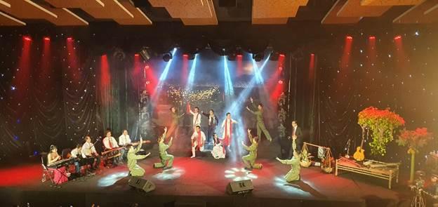 Các thí sinh biểu diễn trên sân khấu trong vòng sơ loại.