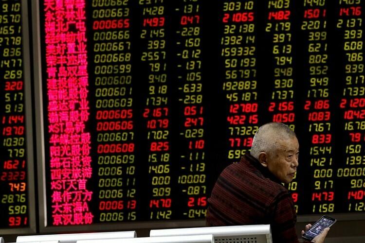 Nhà đầu tư trên một sàn giao dịch tại Trung Quốc. Ảnh: AP