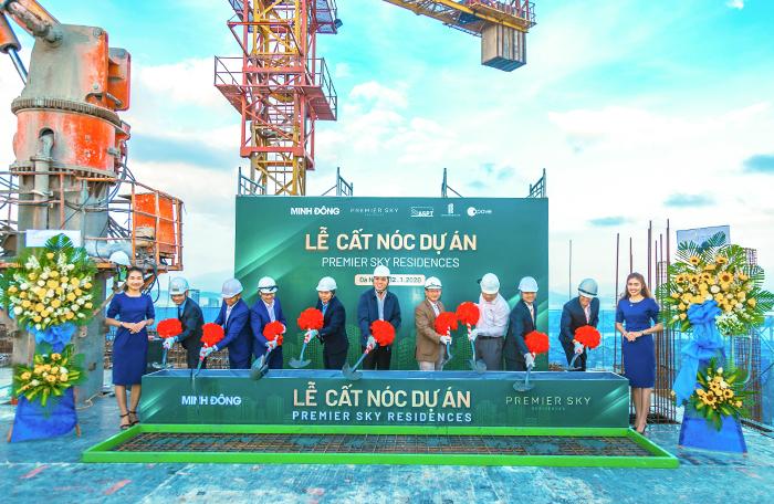 Đại diện chủ đầu tư Minh Đông cùng các đối tác thực hiện nghi thức cất nóc dự án.