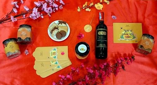 Mỗi sản phẩm bên trong bộ quà tặng mang nhiều thông điệp về Tết và các giá trị truyền thống.