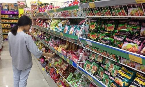 Khách mua hàng trong một hệ thống bán lẻ tại Hà Nội. Ảnh: Anh Tú