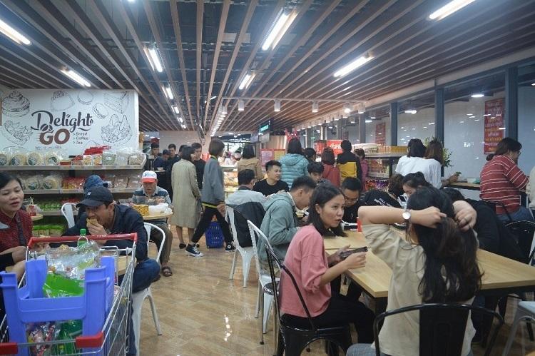 Khu vực phục vụ ăn uống tại siêu thị.