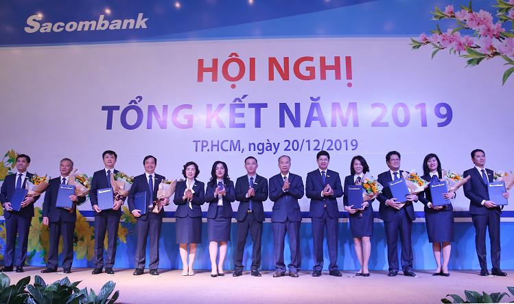 Đại diện ban lãnh đạo của ngân hàng Sacombank nhận hoa trong Hội nghị tổng kết năm 2019 và kỷ niệm 28 năm thành lập.