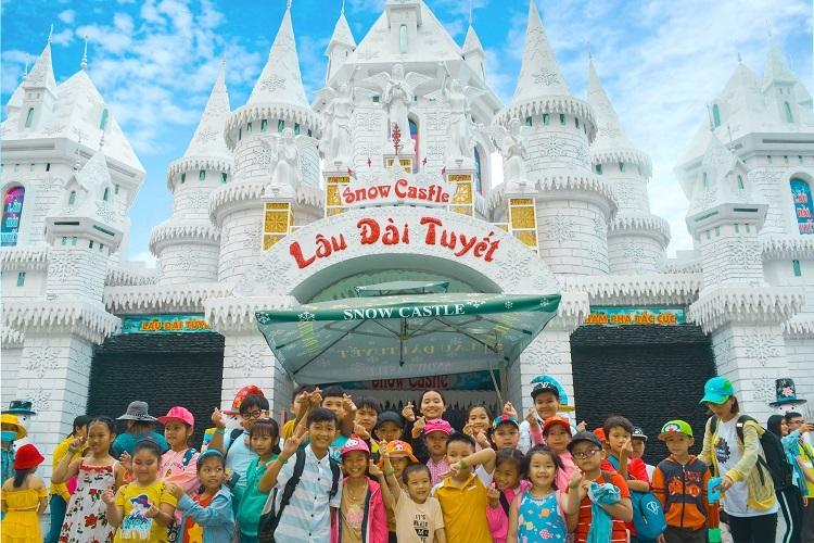 Các du khách nhí khám phá lâu đài tuyết tại Suối Tiên.