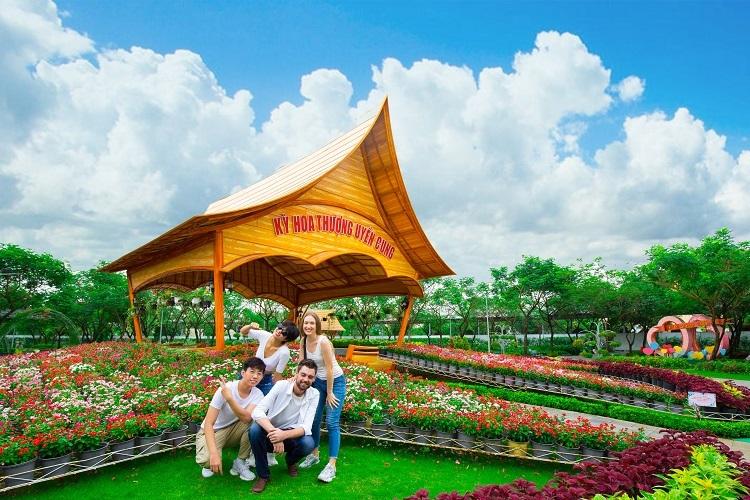 Suối Tiên đã trang trí nhiều loại hoa tại khu vực Kỳ hoa thượng uyển cung.