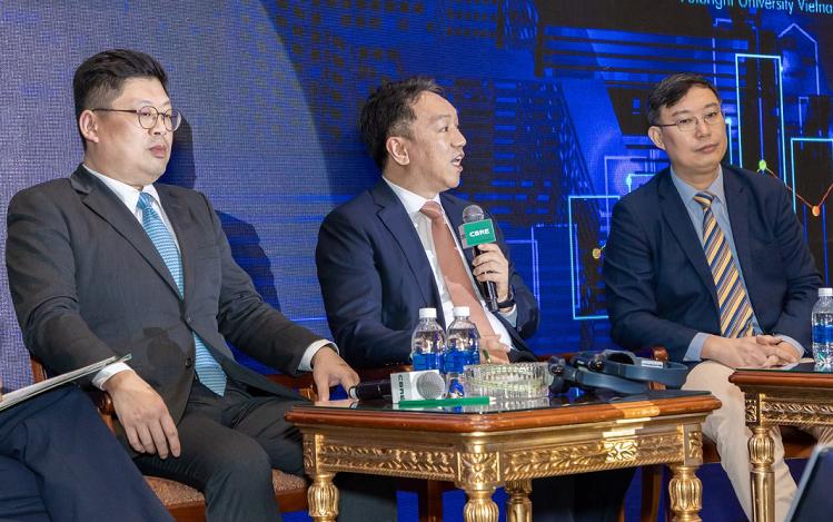 Ông Andy Han - Tổng giám đốc SonKim Land (giữa) chia sẻ bất động sản cao cấp đối diện thách thức nhưng vẫn nhiều tiềm năng phát triển.