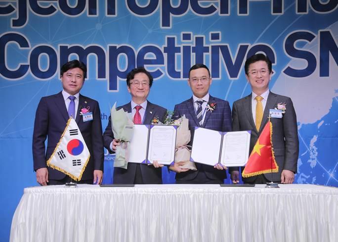 Ông Nguyễn Lê Thanh Tuấn (thứ 2 bên phải) - Tổng giám đốc Tafa Việt và ông Her Tea Jong (ngoài cùng bên phải) - Thị trưởng thành phố Daejeon trong lễ ký kết hợp đồng ủng hộ sự hợp tác quốc tế giữa doanh nghiệp Việt Nam và Hàn Quốc.