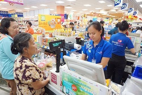 Khách mua, thanh toán hàng tại hệ thống siêu thị Coop Mart. Ảnh: SGC