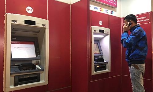 Một khách hàngkhi rút tiền đã bị máy ATM rút tiền. Ảnh: Quỳnh Trang