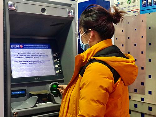 Nhiều máy ATM đồng loạt thông báo ngừng hoạt động. Ảnh: Quỳnh Trang