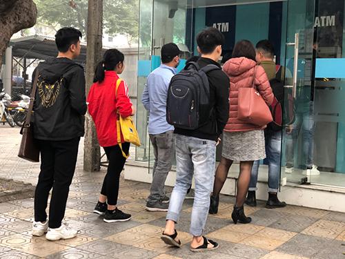Cảnh xếp hàng rút tiền xuất hiện ở nhiều nơi tại Hà Nội. Ảnh: Quỳnh Trang