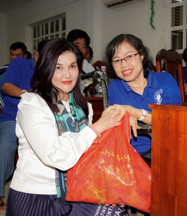 Bà Hồ Ngọc Yến Phương trao tận tay những món quà thiết thực cho các tấm gương nghị lực phi thường