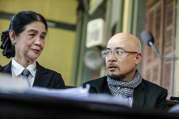 Luật sư Trương Thị Hòa và ông Đặng Lê Nguyên Vũ tại một phiên tòa chiều 25/2/2019. Ảnh: Thành Nguyễn