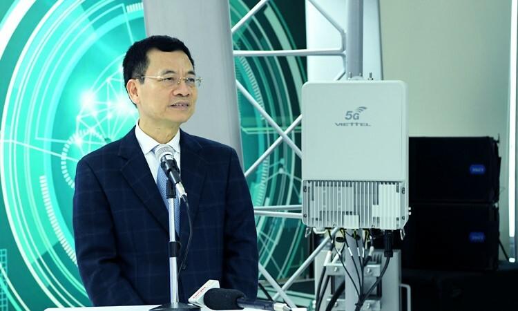 Ông Nguyễn Mạnh Hùng chia sẻ vềthiết bị 5G đầu tiên do Việt Namsản xuất. Ảnh: H.L