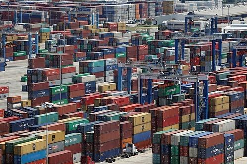 Container tại một cảng biển ở Mỹ. Ảnh: Reuters