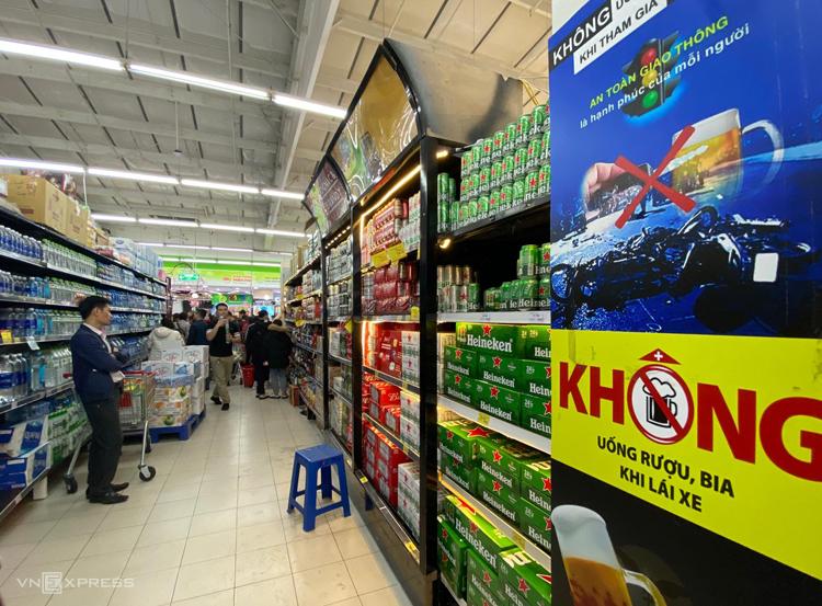 Gian hàng bia tại một hệ thống siêu thị ở Hà Nội vắng khách. Ảnh: Anh Tú