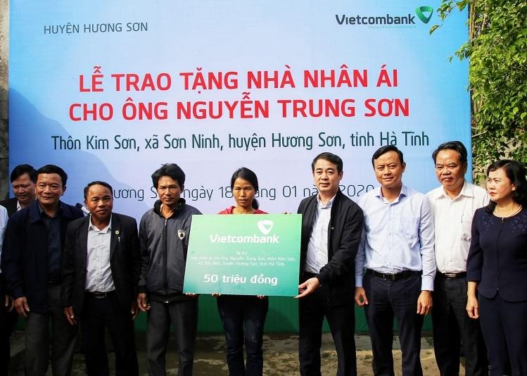 Vietcombank tặng nhà cho hộ khó khăn - ảnh 1