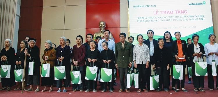 Vietcombank tặng nhà cho hộ khó khăn - ảnh 3
