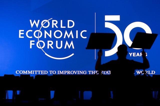 Nhân viên chuẩn bị sân khấu tại một hội trường của WEF 2020. Ảnh: Keystone