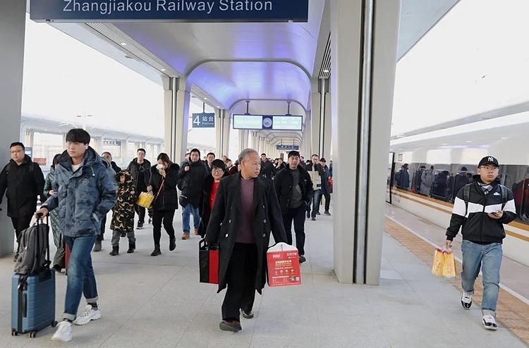 Hành khách đến ga Trương Gia Khẩu ở tỉnh Hà Bắc. Ảnh: Simon Song