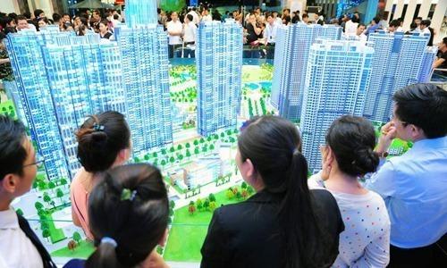 Môi giới bất động sản chào bán một dự án tại TP HCM. Ảnh: K.H