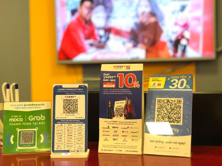 Các mã QR chấp nhận thanh toán tại một cửa hàng ăn. Ảnh: Quỳnh Trang.