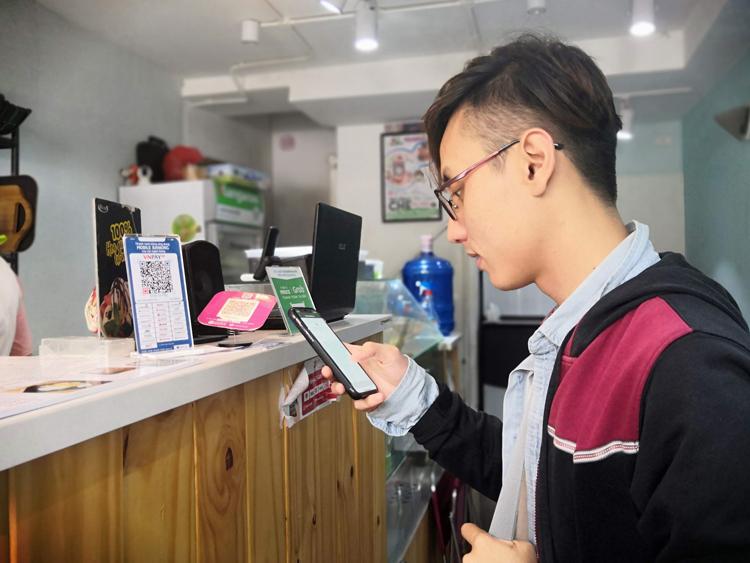 Khách hàng thanh toán bằng mã QR. Ảnh: Quỳnh Trang.