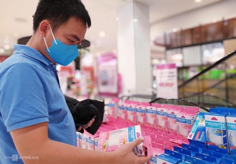 Đổ xô mua khẩu trang chống dịch viêm phổi Vũ Hán - ảnh 1