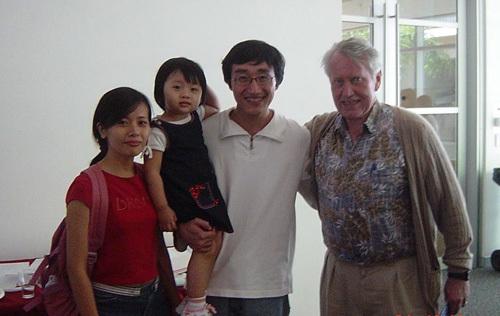 Tỷ phú Chuck Feeny - người từng cấp học bổng cho Phan Thanh Tùng tới thăm anh và gia đình.