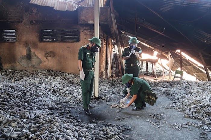 Các cán bộ của Viện Hóa học môi trường quân sự (Binh chủng Hoá học) lấy mẫu tại khu vực cháy kho Nhà máy Rạng Đông về phân tích chỉ số ô nhiễm. Ảnh: Minh Hưng.