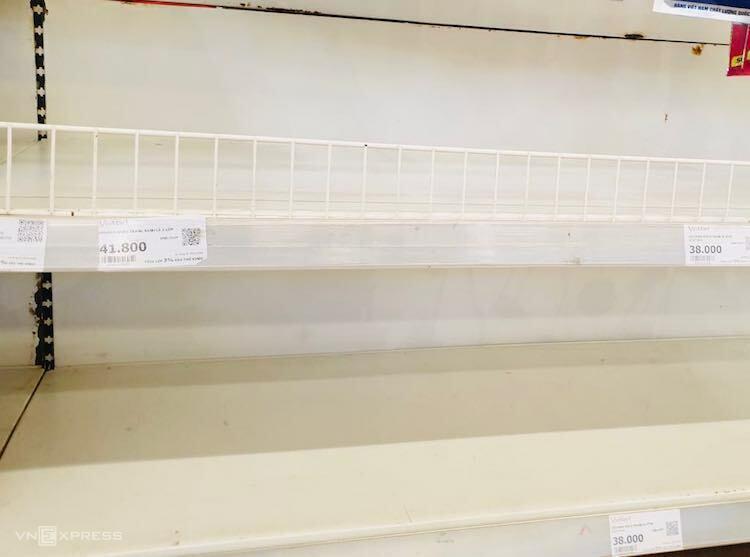 Kệ hàng bày bán khẩu trang tại một siêu thị Vinmart ở Hà Nội trống trơn, hết hàng. Ảnh: A.Minh