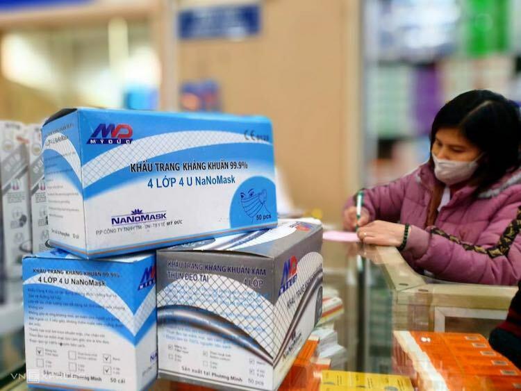 Nhiều loại khẩu trang y tế giá ngày thường chỉ 30.000 - 40.000 đồng một hộp, nhưng hiện được bán tăng giá gấp 2-3 lần, lên 70.000 - 90.000 đồng. Ảnh: A.Minh