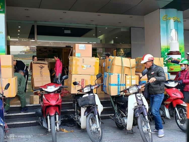 Các xe chở hàng chất đầy thùng hàng khẩu trang y tế, chờ trước cửa chợ thuốc Hapulico (Hà Nội). Ảnh:A.Minh