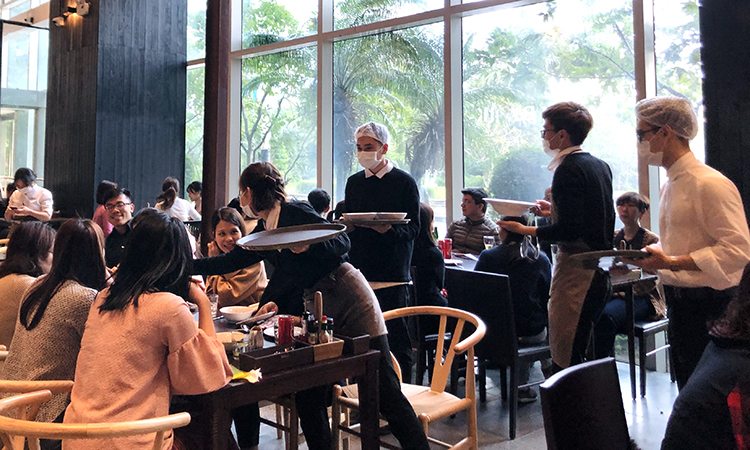Toàn bộ nhân viên nhà hàng ở Keangnam (Hà Nội) đeo khẩu trang khi làm việc. Ảnh: Anh Tú.