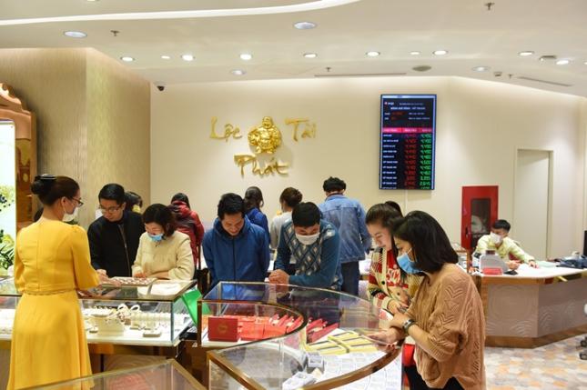 Gần đến ngày Thần Tài, Trung tâm Vàng Trang sức DOJI tại DOJI Tower đã tấp nập người mua.