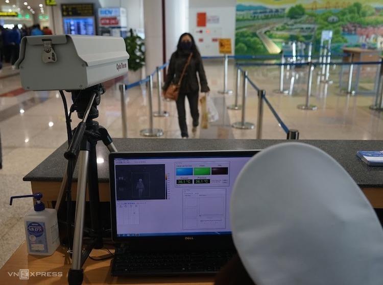Kiểm tra thân nhiệt hành khách tại sân bay Nội Bài. Ảnh: Giang Huy