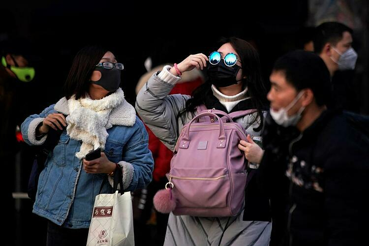 Người Trung Quốc đeo khẩu trang tại Thượng Hải. Ảnh: Reuters