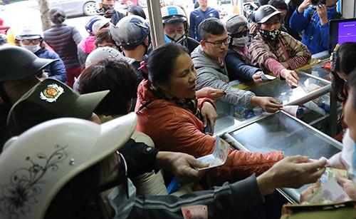 Cảnh chen lấn, tranh nhau mua khẩu trang diễn ra vài ngày trước tại chợ thuốc ở Hà Nội. Ảnh: Ngọc Thành