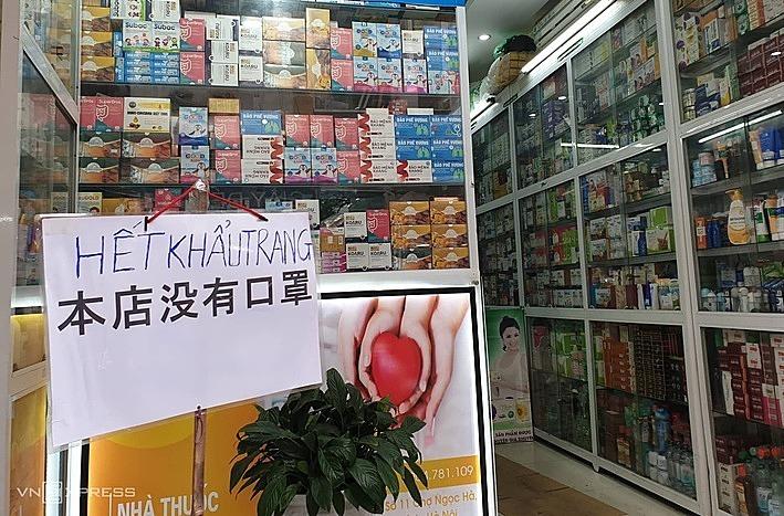 Một cửa hàng thuốc trên đường Ngọc Hà(Hà Nội) treo biển hết khẩu trang kèm cả tiếng Trung. Ảnh: Hoài Thu
