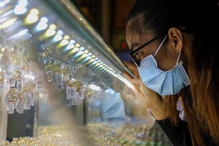 Chị Diễm Đan (26 tuổi, TP HCM ) phân vân chọn loại vàng trong giá khoảng hơn chục triệu đồng. Ảnh: Như Quỳnh.