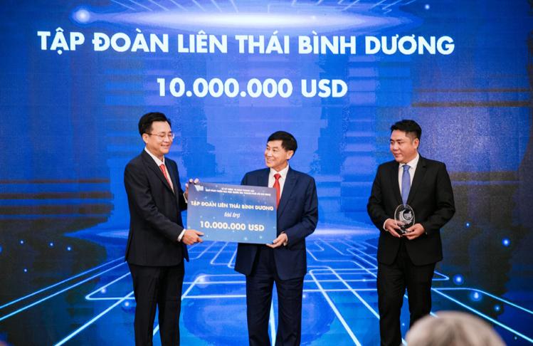 Đại diện IPPG trao bảng tượng trưng tài trợ 10 triệu USD cho Đại học Quốc gia TP HCM và Đại học Đà Lạt.